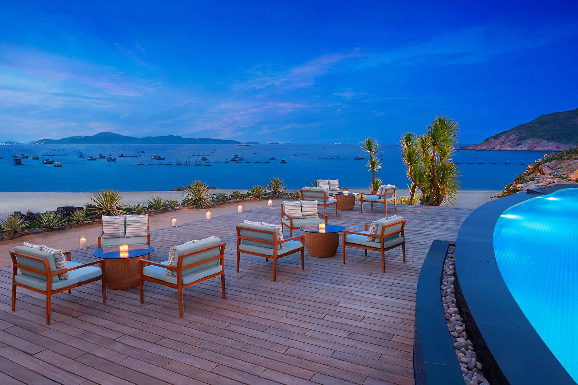 AVANI Quy Nhon Geo pool bar